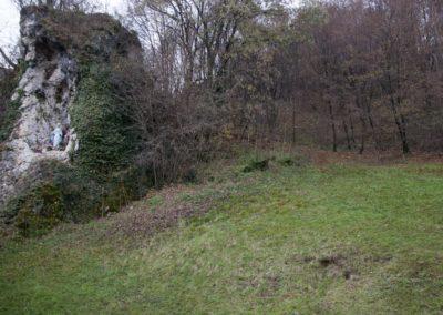 l'ampio parco verde con la grotta della Madonna